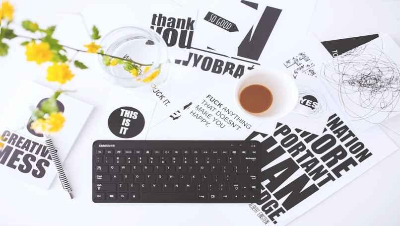 teclado de pc junto a un cafe