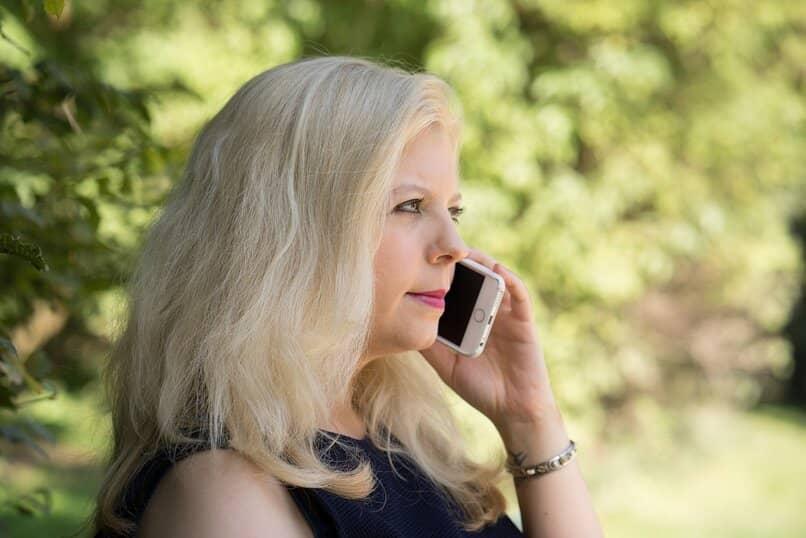 como puedo contestar llamadas sin tocar la pantalla con el sensor de proximidad