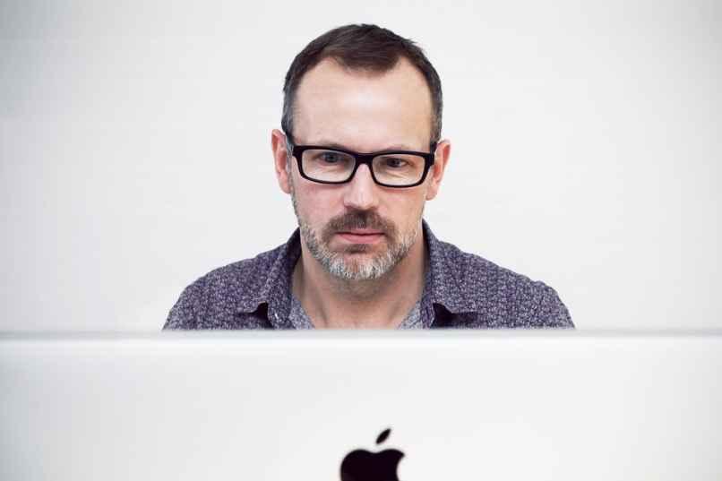 hombre modificando un documento word en una mac